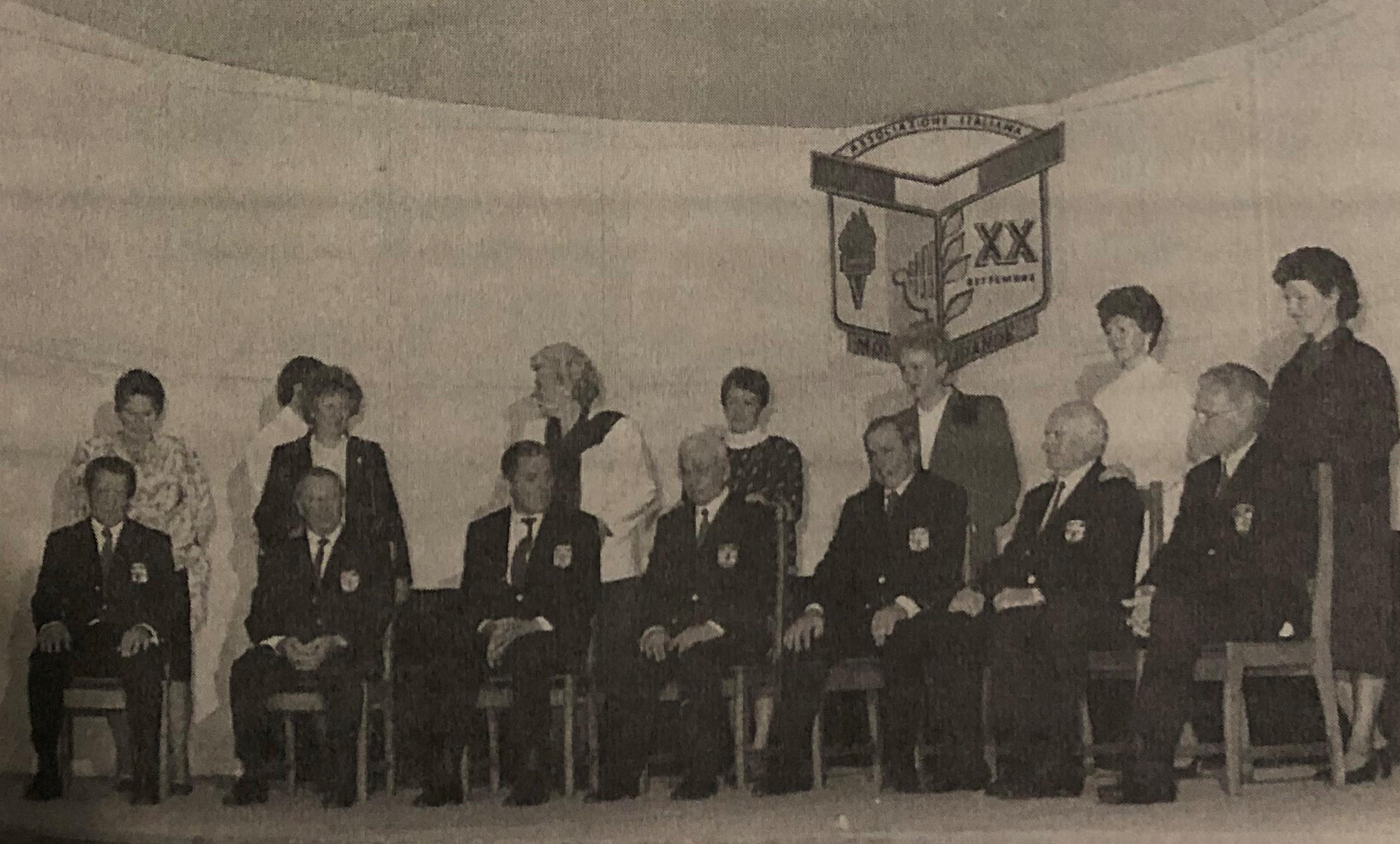 Coro de la Asociación Italiana de Monte Grande. Fundadores con sus esposas.