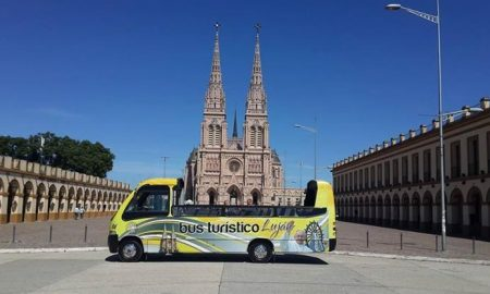 Bus Turístico frente a la Basícila de Luján.