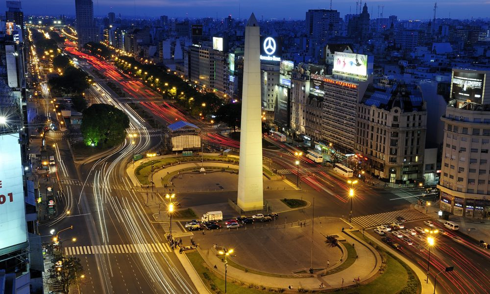 Avenidas - Buenos Aires se caracteriza por sus anchas avenidas con oficinas y locales comerciales.