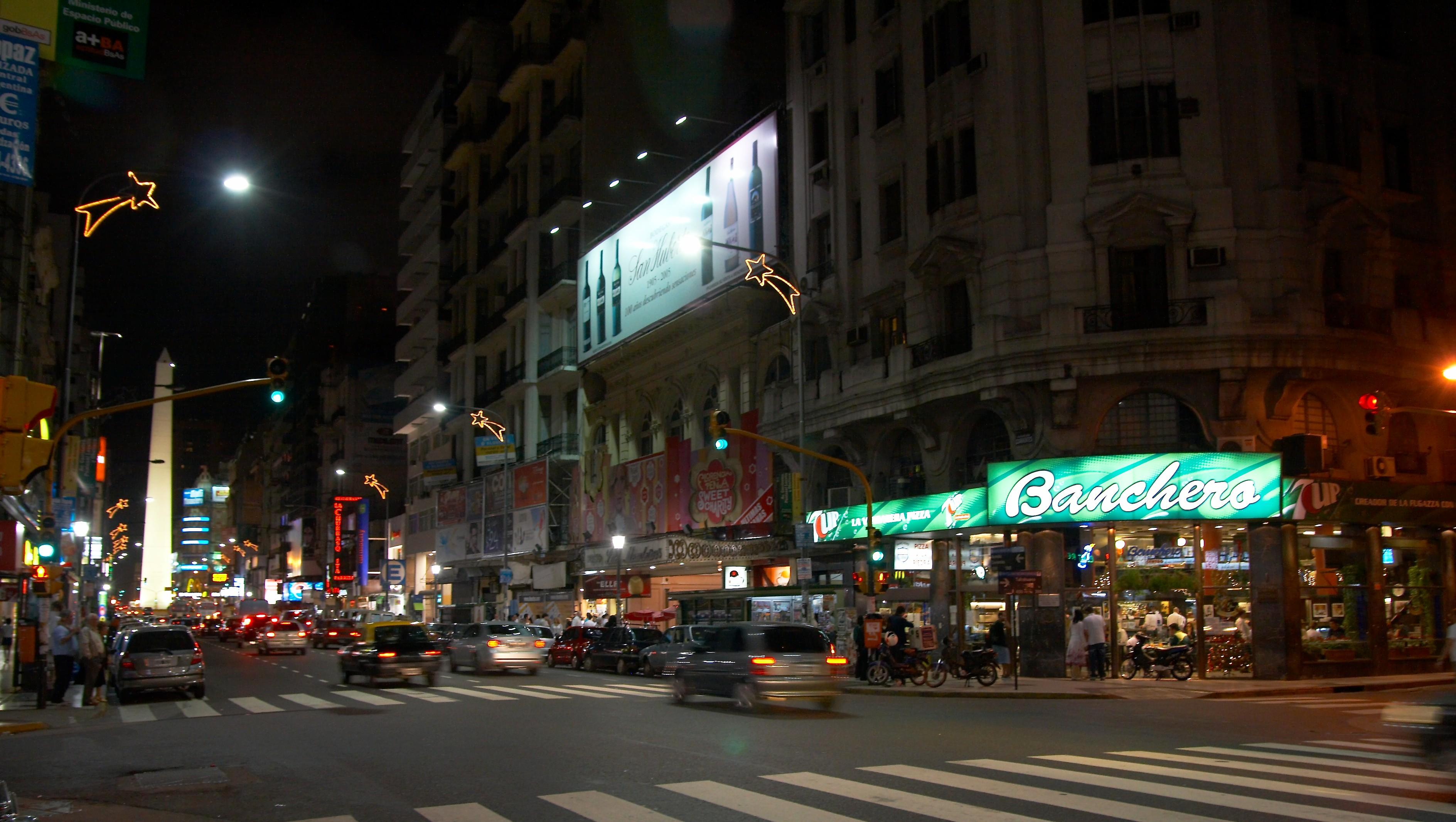 Avenidas - En la Avenida Corrientes han transitado las personalidades más destacadas del país y del mundo.