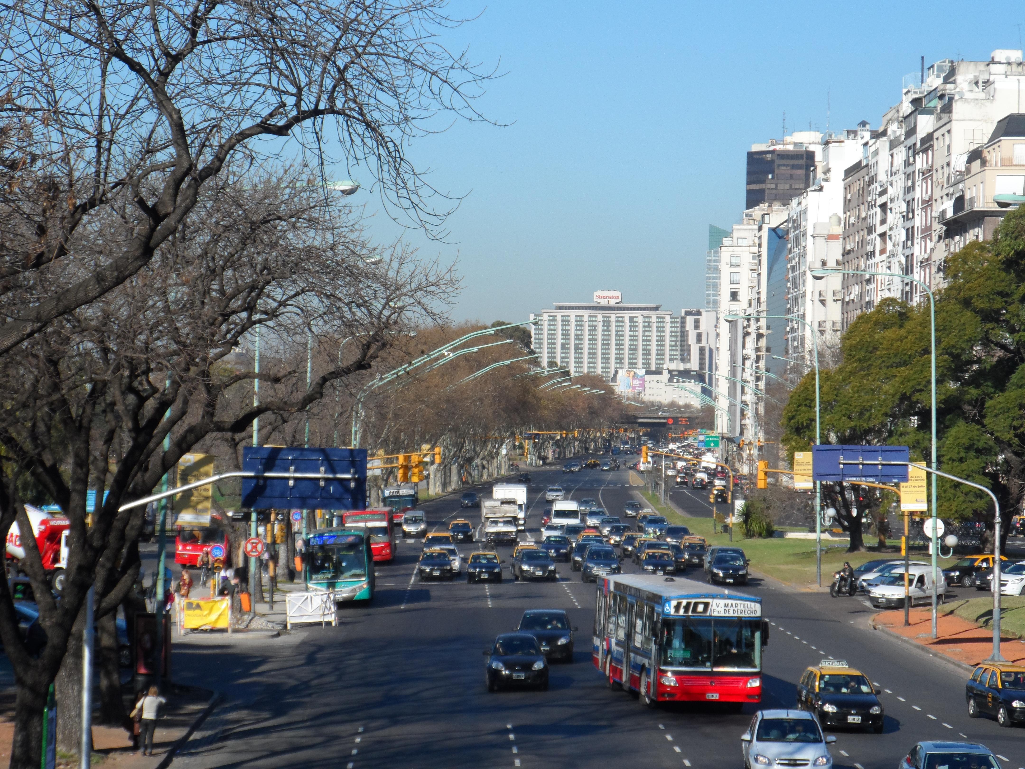 Avenidas - La Avenida Del Libertador se encuentra paralela al Río de la Plata.