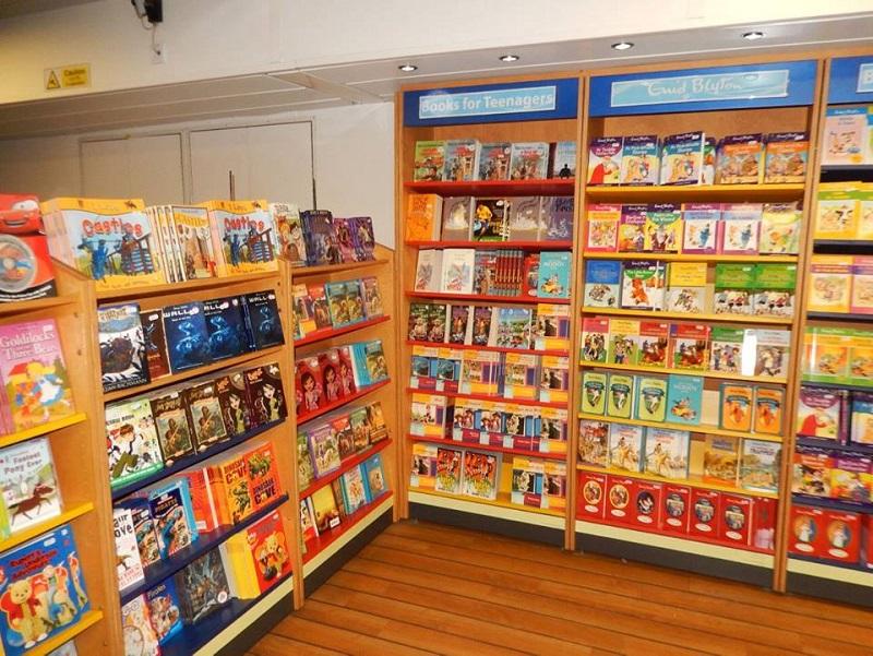Librería flotante - la librería flotante cuenta con varios libros en español e inglés.