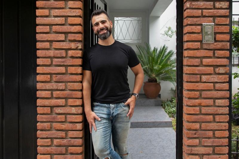 Pablo Colangelo - Pablo Colangelo en la puerta de su casa
