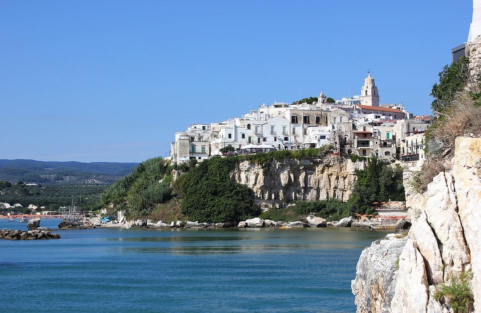 Donato de Santis - La región de La Puglia se caracteriza por sus playas y tradiciones.