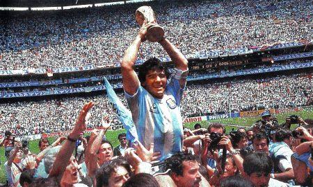 Diego Maradona - Maradona con la Copa del Mundo en 1986.