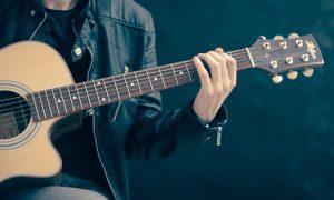 Música - Músicos tocan en vivo en las redes sociales.