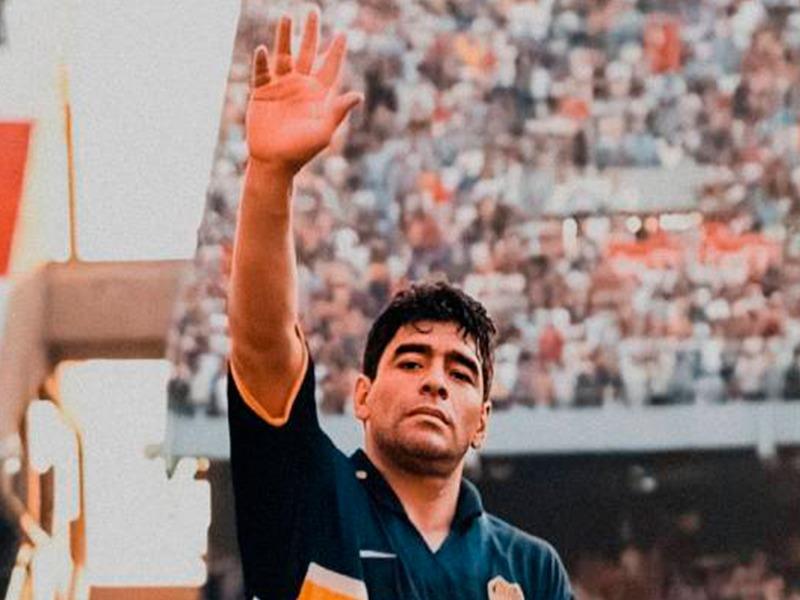 Diego Armando Maradona - Diego Saludando