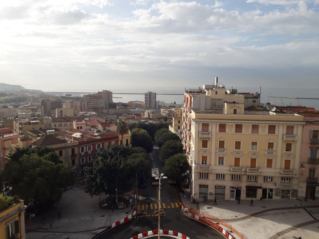 5bc8a5dfe72ff 5bc8a5dfe7301dal Bastione Di Saint Remy Si Domina Cagliari. Il Panorama Sconfinato Dalla Terrazza Umberto I. Sotto, La Piazza Costituzione..jpg