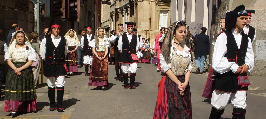 La processione in abito tradizionali per la festa di Sant'Efisio