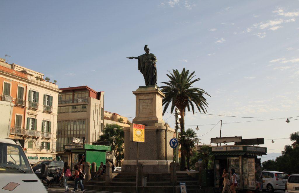 Statua di Carlo Felice di fianco a Piazza Yenne
