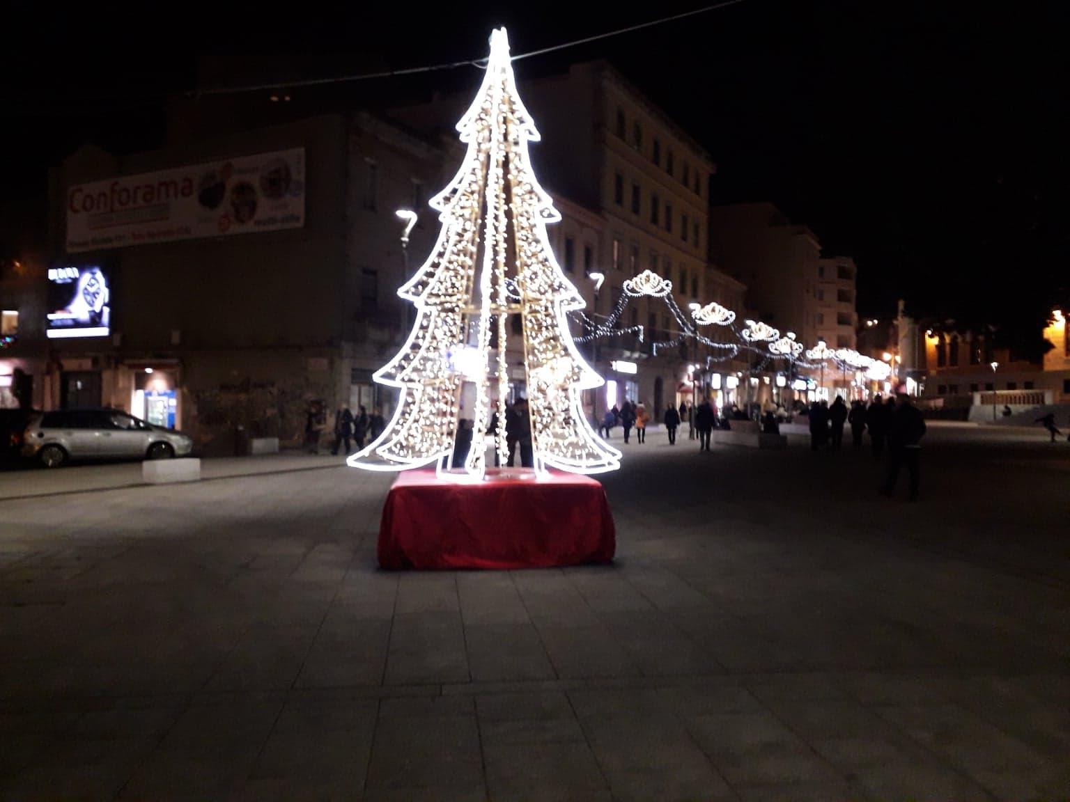 L'albero Di Natale Luminoso In Piazza Garibaldi