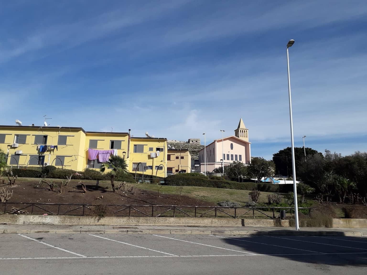 La parte vecchia di Sant'Elia. Sullo sfondo, la chiesa e il fortino di Sant'Ignazio