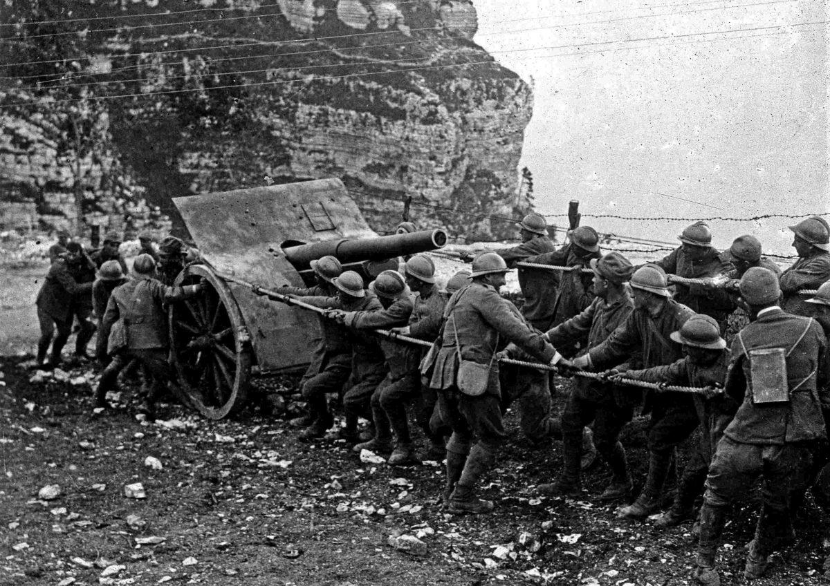 Soldati tirano un veicolo impantanato nel fango