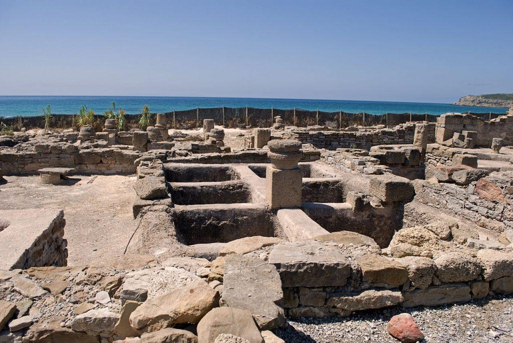Questa foto mostra delle rovine romane situate nel sud della Spagna. Più precisamente Fabbrica di Garum di Baelo Claudia, nel sud della Spagna.