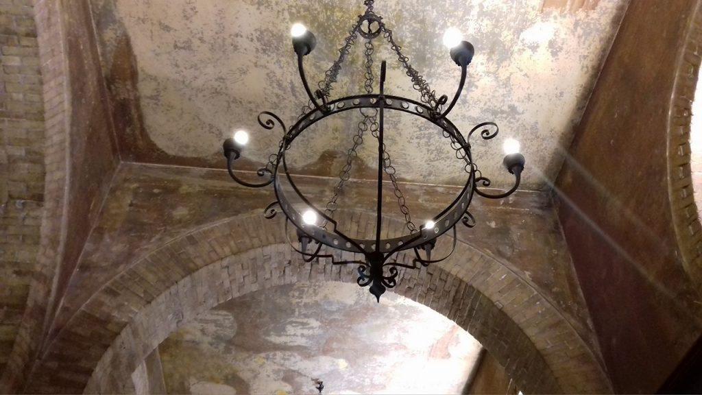 Ghost Stories Cagliaritane: i fantasmi di Palazzo Accardo - particolare del lampadario in ferro degli archi interni al locale (Fonte Vistanet)