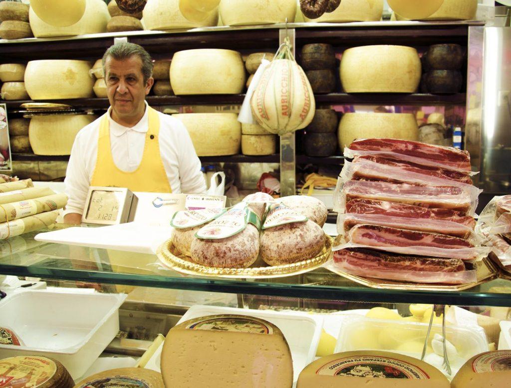 Mercato di San Benedetto -Un espositore di formaggi e salumi