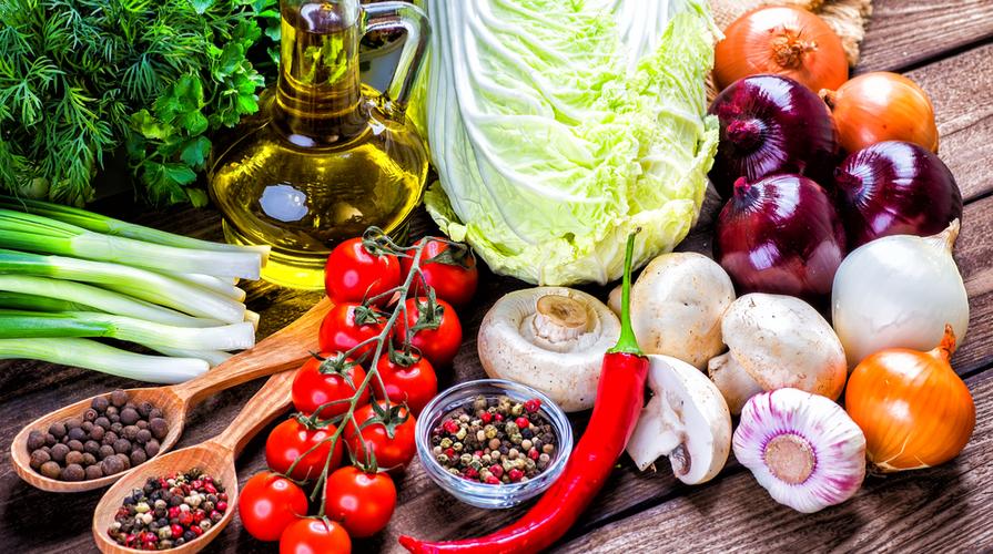 Mangiare vegano a Cagliari i 4 ristoranti vegan D.O.C. Nella foto abbiamo alcuni prodotti alimentari come pomodori, cipolle, verdure e simili