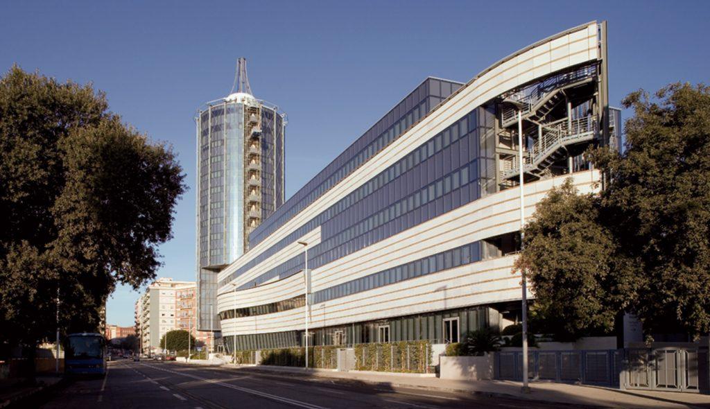La foto vede la facciata del THotel e oltre presa dalla Via Dei Giudicati a Cagliari.