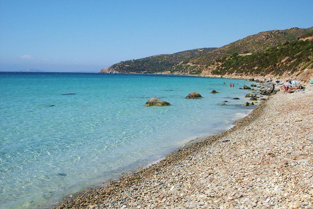 Tempo di mare e le spiagge di Cagliari e dintorni. La Spiaggia Di Mari Pintau. Nella foto possiamo ammirare una parte della spiaggia con il suo mare azzurro.