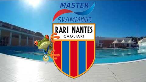 La foto vede sullo sfondo la piscina esterna della rari Nantes e al centro il logo della società con l'aggiunta di un ranocchio alla sua destra e la scritta 'Master swimming'