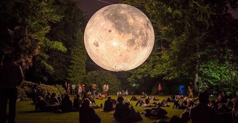 Installazione Museum of the moon Tappa in un parco dell'Ontario
