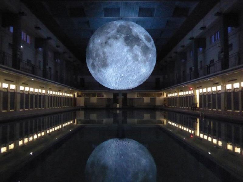 Luna sospesa all'interno di una piscina Museum of the moon