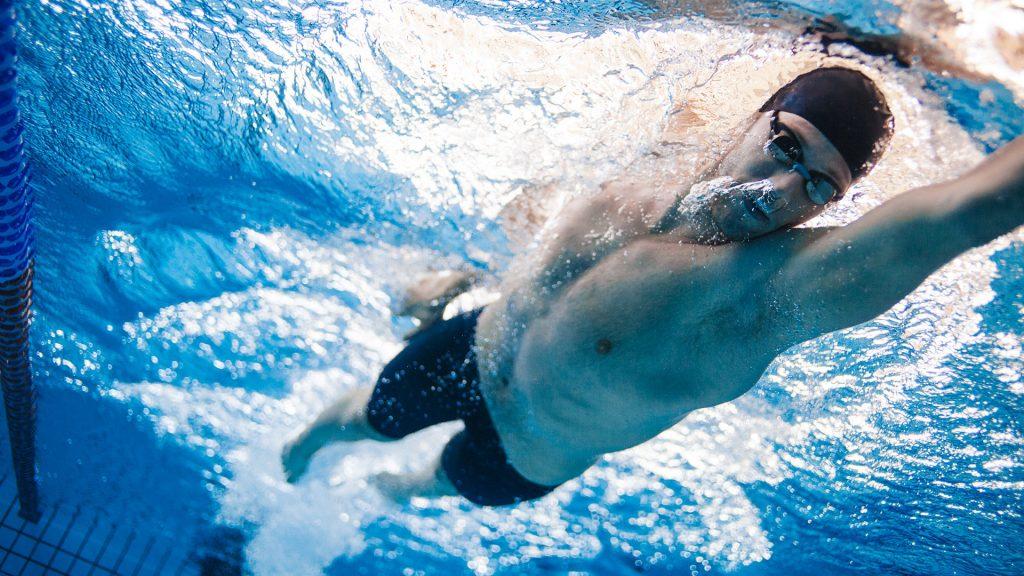 Una nuova Piazza: Pratzita – Piazzetta Società Rari Nantes. La foto vede un nuotatore mentre nuota in piscina. Nuotatore (fonte Friliversport)