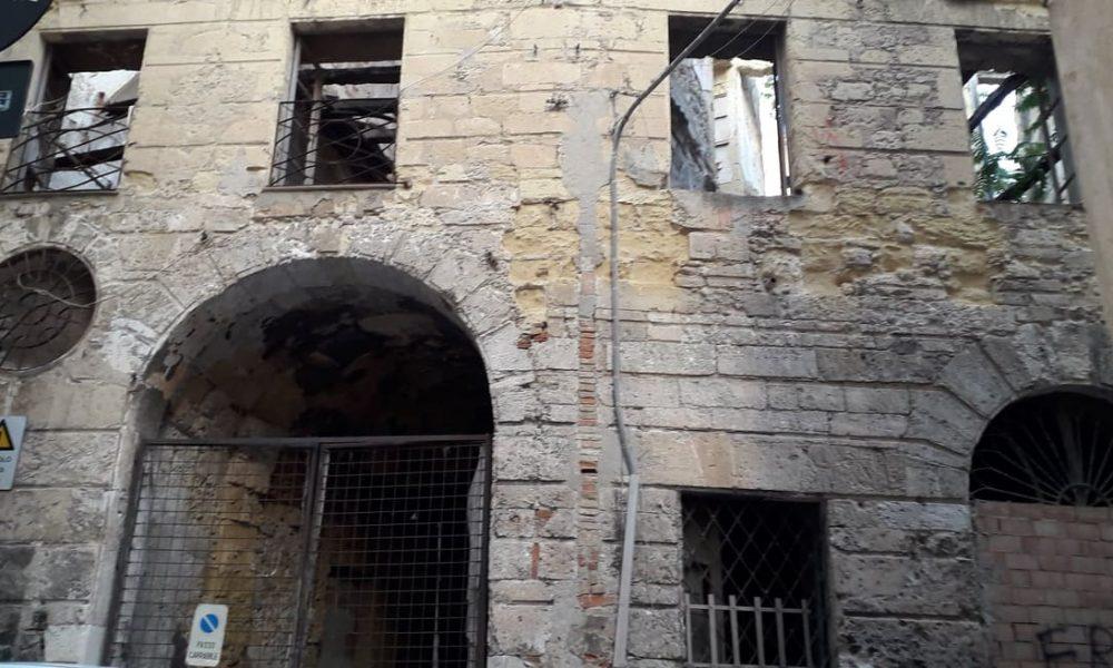 Portico Laconi, palazzo, macerie,