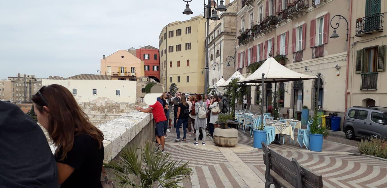 Cagliari, Castello, Bastione di Santa Croce, persone, automobili, terrazza, vasi