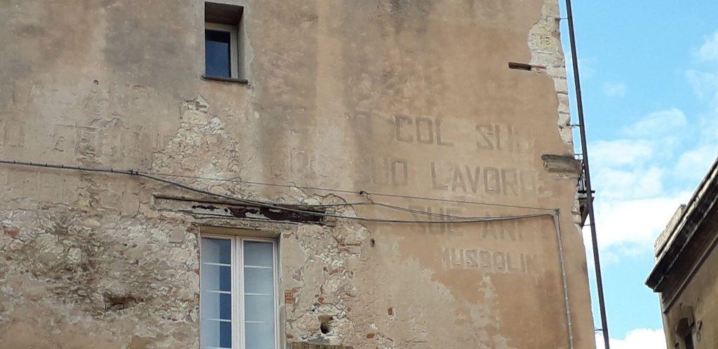 Il Fascismo a Cagliari, scritta, palazzo in Castello