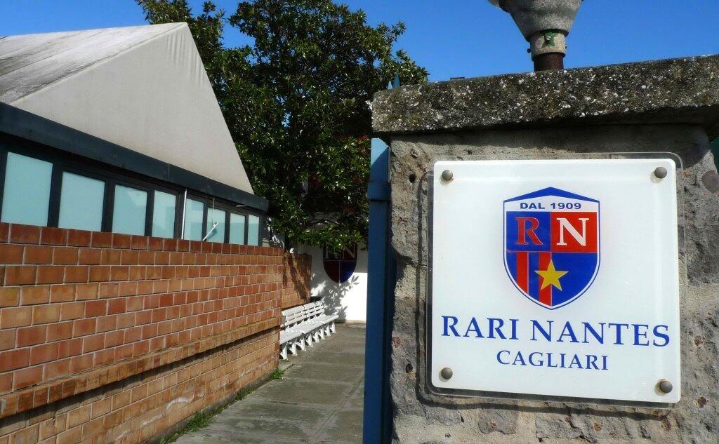 Una nuova piazza: Pratzita – Piazzetta Società Rari Nantes. Nella foto si vede un particolare dell'ingresso della società sportiva Rari Nantes Cagliari. In evidenza il logo.
