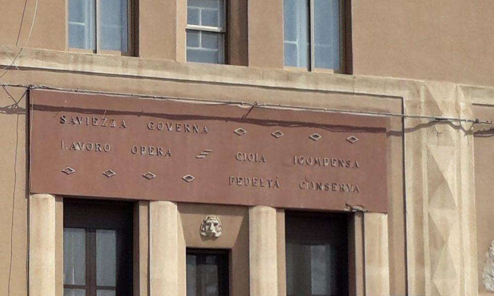 Il Fascismo a Cagliari, scritta, palazzo