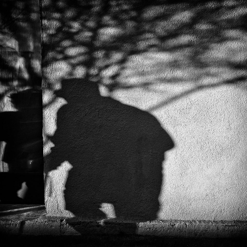 Mommotti - Uomo nero che vaga tra le case