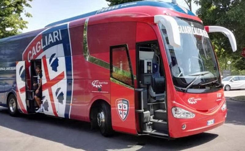 Tutti Allo Stadio In Bus Pulman Baire con la speciale livrea del logo del Cagliari