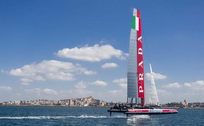 Vela Luna Rossa In Navigazione sulle acque di Cagliari