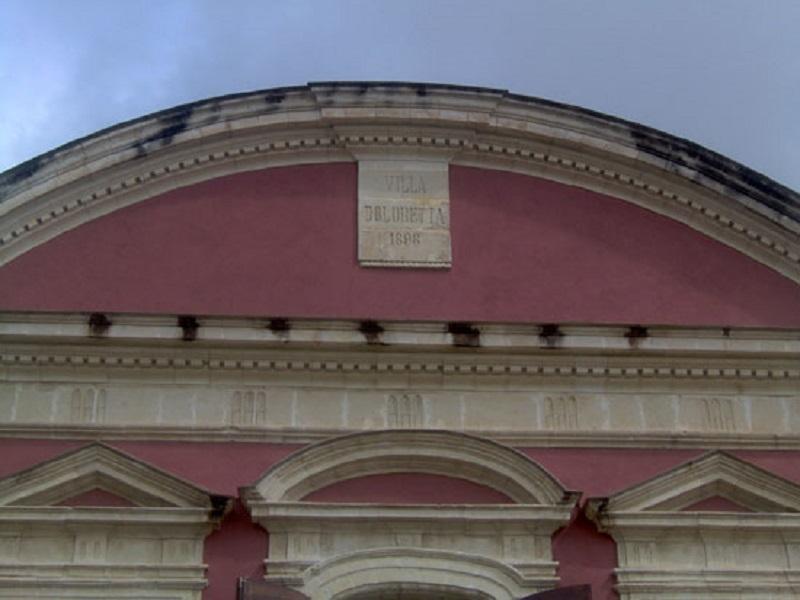 targa Villa Pollini Doloretta in cima all'ingresso della villa