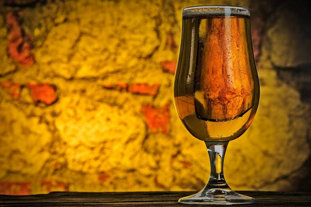 Bicchiere di birra artigianale su un tavolo in legno scuro