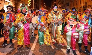 Carnevale Cagliari maschere colorate e tamburi