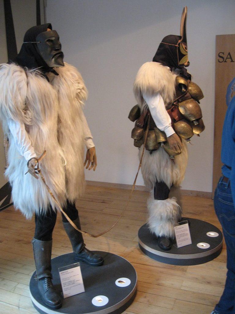 #iorestoacasa due manichini indossano il costume tipico e la maschera nel museo delle Maschere Medierranee a Mamoiada