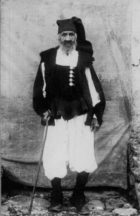 uomo delle Blue Zones anziano in piedi, in posa per la foto vestito in abiti tradizionali sardi