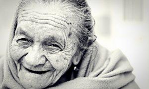 Donna anziana delle blue zones in primo piano che sorride