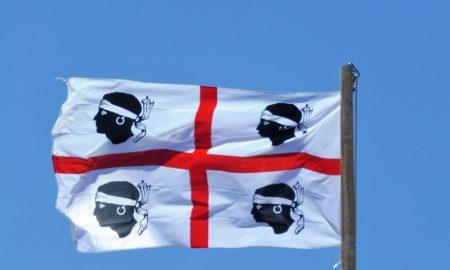 Bandiera dei quattro mori che sventola nel cielo per Sa Die De Sa Sardigna 2020