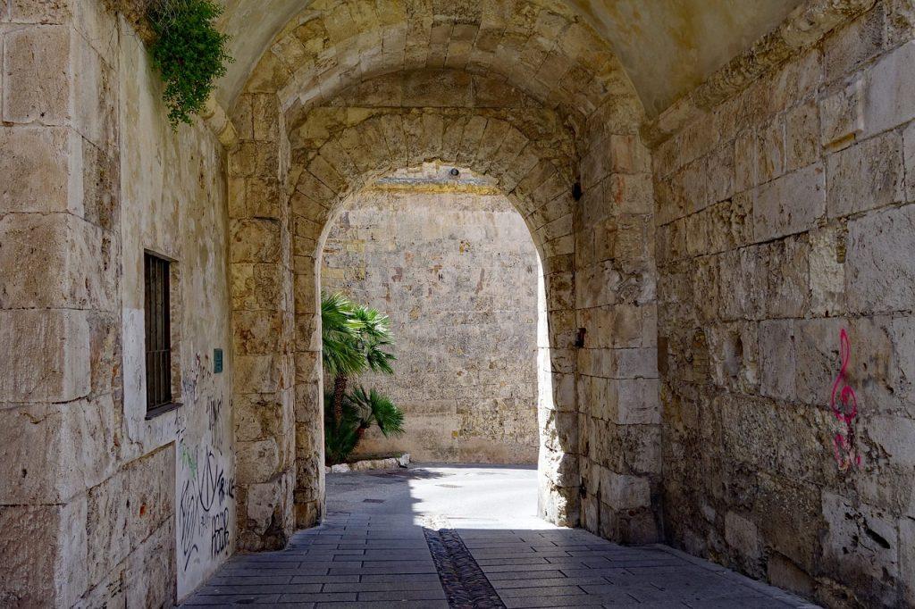 Arco in pietra nelle vie del centro storico di Cagliari per ricordare Sa Die De Sa Sardigna 2020