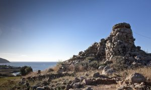 Nuraghe Diana con paesaggio e mare in lontananza