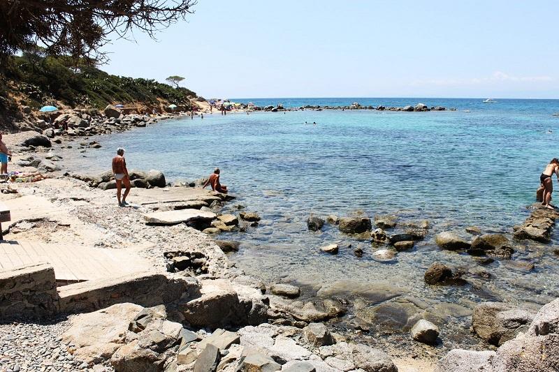 Spiaggia Is Mortorius con bagnanti