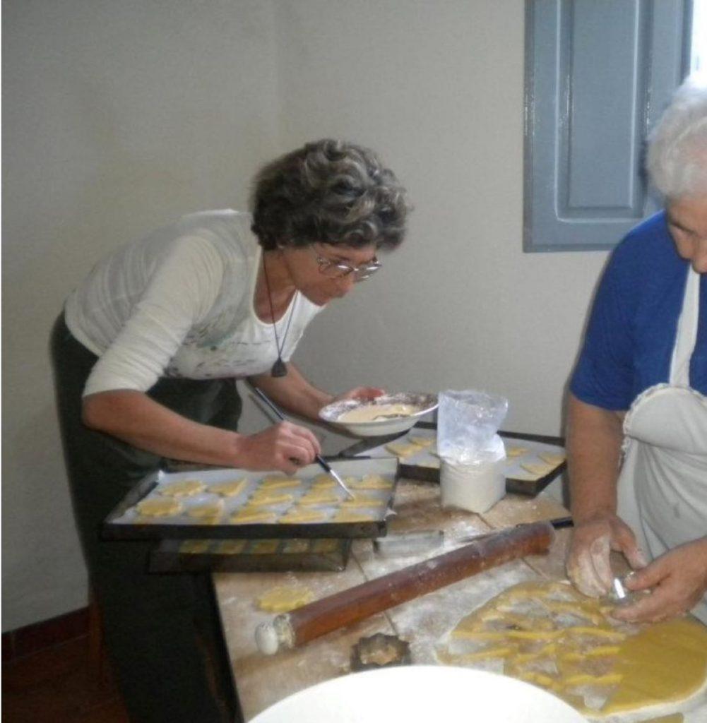 Albertina Piras, la donna curva su una taglia prepara i dolci Di Saba