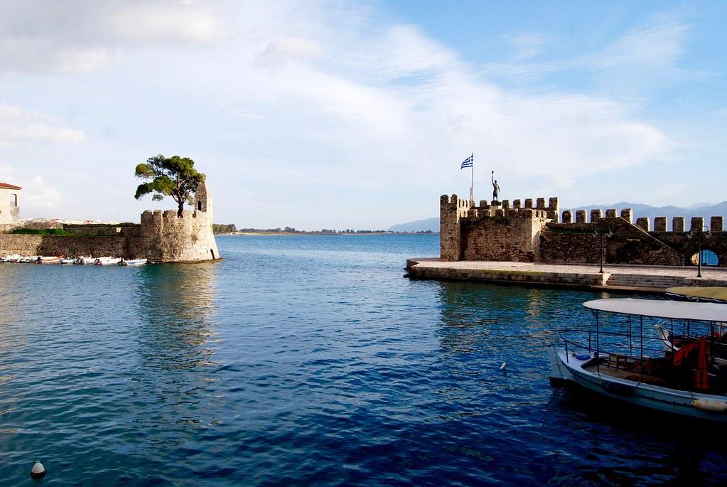 Battaglia Di Lepanto, foto dell'antico porto con le due torrette in primo piano