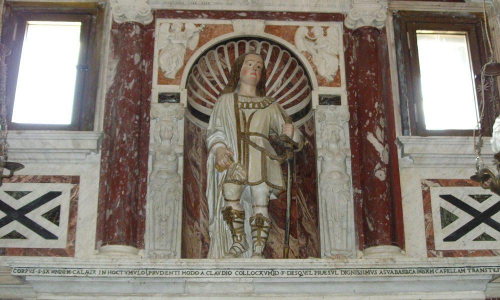 Statua di San Saturnino nella nicchia di una chiesa in marmo, sopra un sarcofago bianco in marmo
