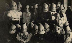 gruppo di bambini in posa per la festa dei morti in Sardegna