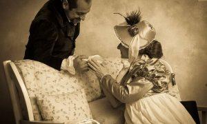 Club Jane Austen Sardegna donna in costume porge la mano ad un uomo